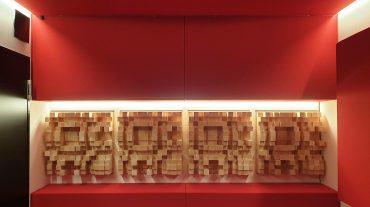 ADS Acoustic Design System Regierückwand mit D300 Diffusoren und integrierter Beleuchtung