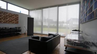 Blick auf die Fensterfront mit schallabsorbierendem Flächenvorhang