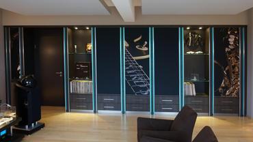 Schrankwand mit Stauraum und Schubladen sowie integrierten Breitbandabsorbern und Bassfallen