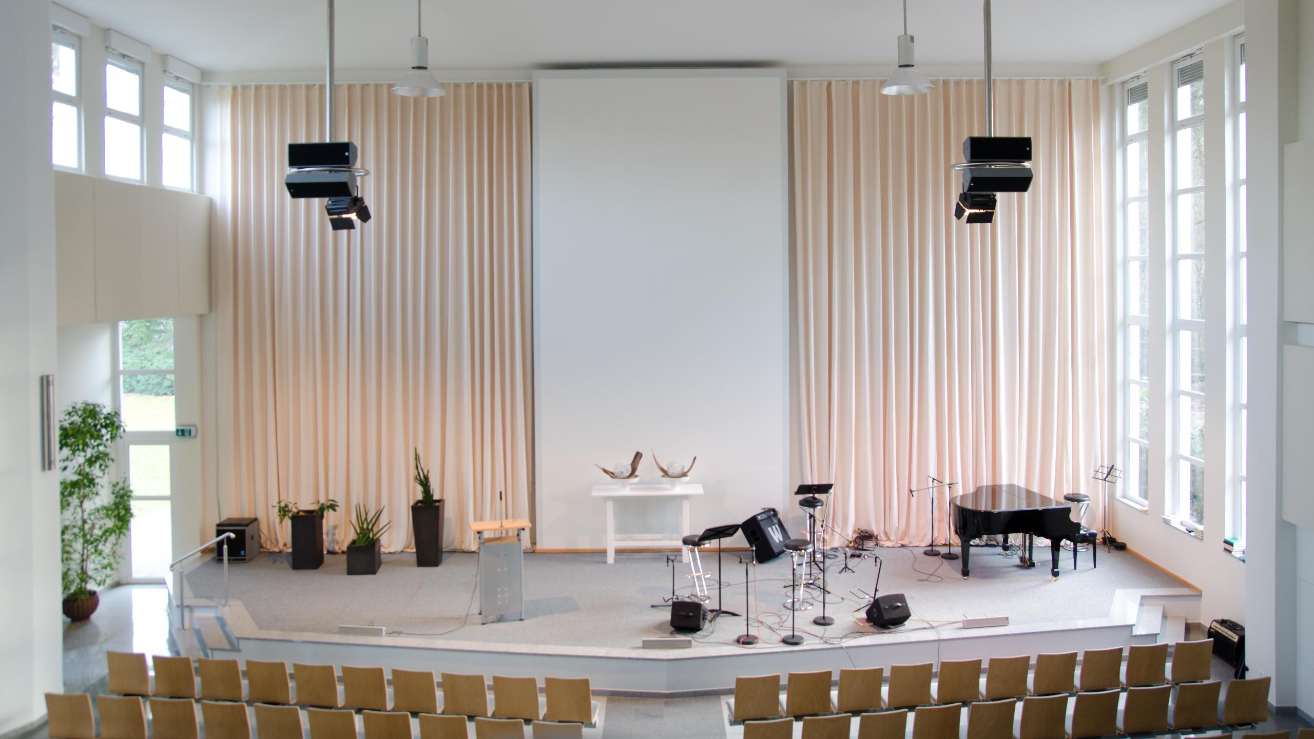 Schallabsorbierende Vorhänge vom Typ AV12 im Bühnenbereich