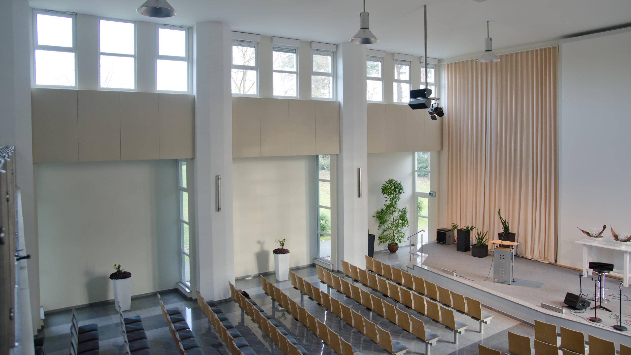 Im Wandbereich integrieren sich auf Maß gefertigte Schallabsorber vom Typ A100 perfekt in den Raum.