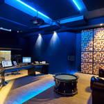 Regieraum Studio 2 Bauer Studios Ludwigsburg Rückwand mit eingelassenen Bassfallen vom Typ B620 Seitenwand mit stoffbespanntem raumhohem Quermodenabsorber und Echtholzdiffusoren vom Typ D300 Deckenabsorber Typ A115 MAX1 und A127 MAX1 Foto Steffen Schmid