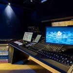 Regieraum Studio 2 Bauer Studios Ludwigsburg Seitenwand mit stoffbespanntem raumhohem Quermodenabsorber Deckenabsorber Typ A115 MAX1 und A127 MAX1 Foto Steffen Schmid