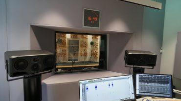 ADS Acoustic Design System Regiefront um Regiescheibe mit integrierter Studiouhr