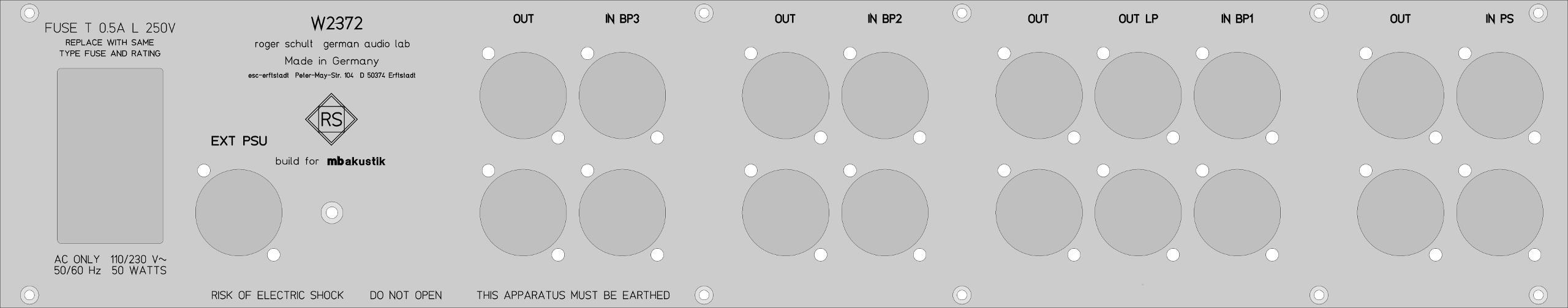 Rückansicht von links nach rechts: Netzanschluss, jeweils für den linken und rechten Kanal getrennte Ein- und Ausgänge der drei Bandpässe, zusätzlich für den ersten Bandpass BP1 noch Ausgänge für die tiefpassgefilterten Signale zur Ansteuerung der Subwoofer, Ein- und Ausgänge des Phasenstellglieds. Für maximale Flexibilität sind alle Ein- und Ausgänge der Komponenten einzeln ausgeführt.