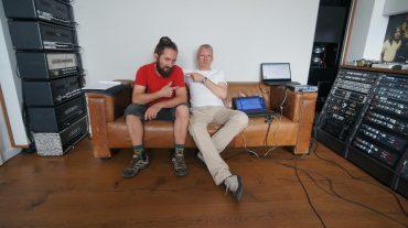Christian Frick (Rocket Science) und Markus Bertram (mbakustik) auf dem Sofa während der Inbetriebnahme des ABC