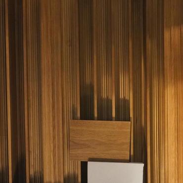 Farbprüfung eines Diffusors anhand eines Fußboden-Musters