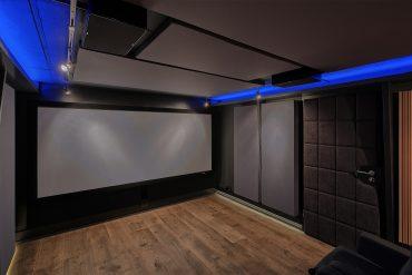 Frontwand, hinter der Leinwand befinden sich die LCR Lautsprecher sowie die vorderen Subwoofer des DBA