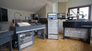 Frontwand mit Acoustic Design System ADS Front und Schnitt-Tisch rechts