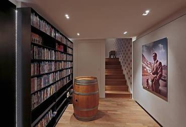 Eingangsbereich mit Filmsammlung | HAG Fairland Custom Reference