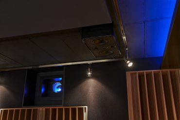 Immersive Lautsprecher hinten oben rechts vor RPG Diffractal Diffusor