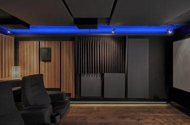 Rechte Seitenwand mit Akustik-Vorhang vor dem Aussenfenster