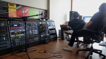 Richard Kruspe (Rammstein) beim Hörtest während der Inbetriebnahme