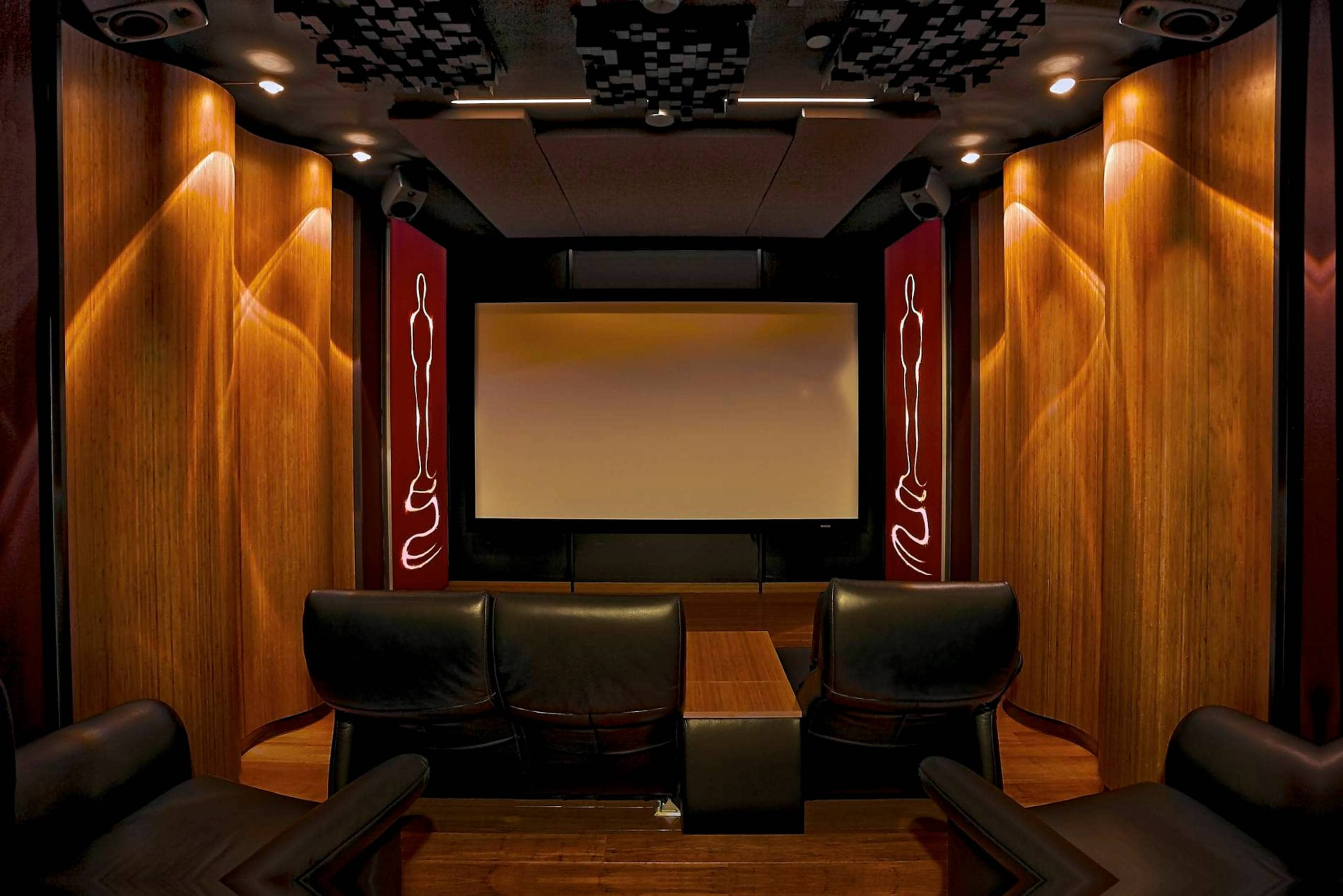 Front view of the Wave Maxx home cinema, the main speakers as well as the single bass array behind the cinema screen stayhidden
