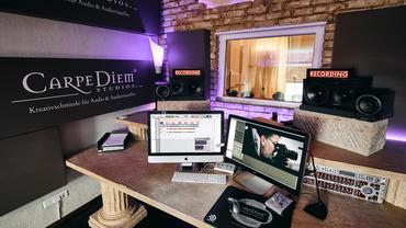 Carpe Diem Studio 2 Frontwand mit A115 Breitbandabsorbern mit Logo