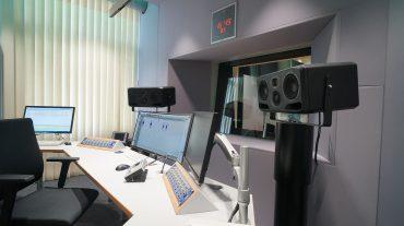 Radio NRW | Regie-Frontwand (Acoustic Design System) mit integrierter Frontscheibe