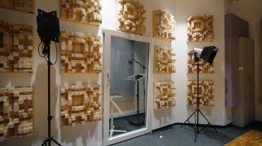 Radio NRW | Blick von der Aufnahme in die Vocal Booth, D300 Diffusoren auf der Wand