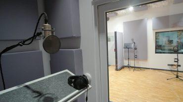 Radio NRW | Blick aus der Vocal in die Aufnahme und weiter in die Regie